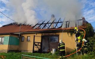 Pomoc rodičům a dědovi po požáru domu v Josefově