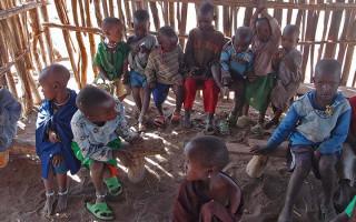 Pomůcky a strava do škol v Tanzanii