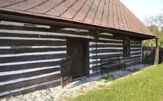 Národní kulturní památka v ohrožení, roubenka byla vytopena a bojuje s dřevomorkou