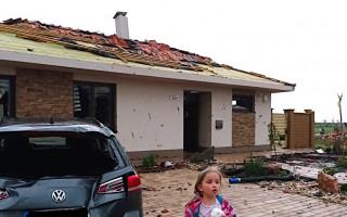Špidlovi zůstali bez střechy nad hlavou, ničivé tornádo jim vzalo domov...