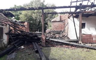 Po úderu blesku přišla Iva s maminkou o střechu nad hlavou, prosím, pomozme jim