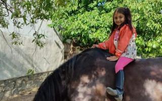 Složme se Viktorce na koníka, který ji posouvá vpřed