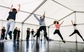 Souřadnice radosti – venkovní taneční stany