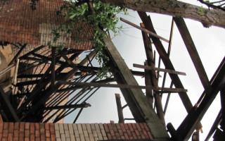 Pomoc rodinám Čapkových a Barbořákových z Hrušek, tornádo  zničilo střechy a auto