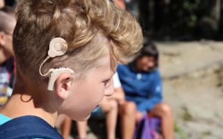 Pomozte neslyšícím dětem postavit se na vlastní nohy