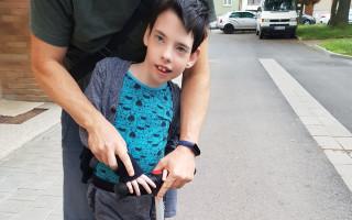 Korzet a ortézy pro Fabiánka, aby mohl samostatně chodit