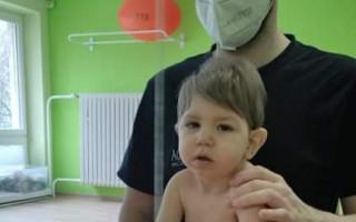 Prosím, pomozte Ivánkovi postavit se na nohy