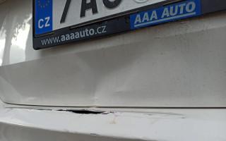 Oprava automobilu pro Tínku, které někdo naboural na ZTP místě a ujel