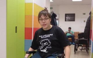 Přispěli jste Karolíně na elektrický vozík