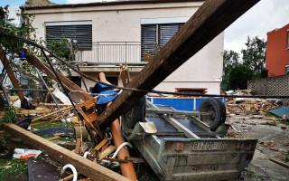 Rodičům Pavkovým tornádo vzalo střechu a zničilo celou úrodu