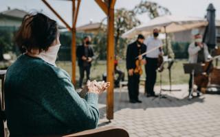 O koncerty pro seniory je zájem i nadále, podpořte jejich realizaci #HrajemeDoOken