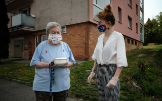 Breakfaststory: rozvoz bezplatných obědů seniorům a samoživitelkám