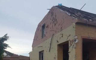 Pomoc Bílským po tornádu - dvě generace bez střechy nad hlavou