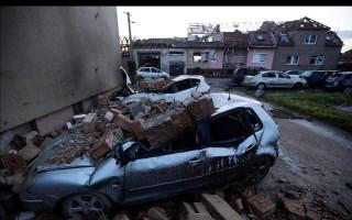 Pomoc samoživitelce Monice a jejímu synovi, kterým tornádo zničilo dům
