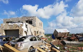 Pomoc Martinovi a jeho rodině po ničivém tornádu, které zničilo jejich dostavěný dům