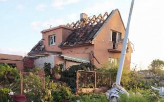 Pomoc Ohrazdovým - babičce a dědovi dát dům po tornádu do pořádku