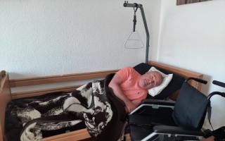 Aby se Jiří mohl pohybovat po bytě