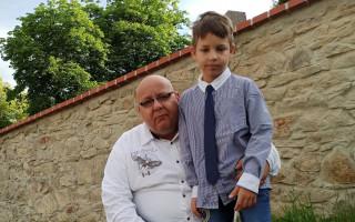 Tatínek samoživitel prosí o pomoc  na nákup naslouchadel