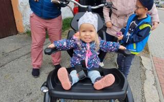 Přispějme Rozince na kolo, aby mohla s bráškou a maminkou na projížďky