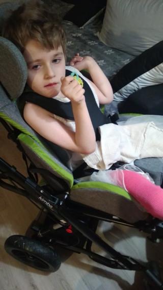 Rodina těžce postižené Adélky potřebuje větší auto