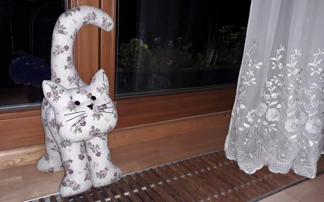 Originální šitá kočka jako dekorace či zarážka do dveří z Chráněných dílen Charity Opava
