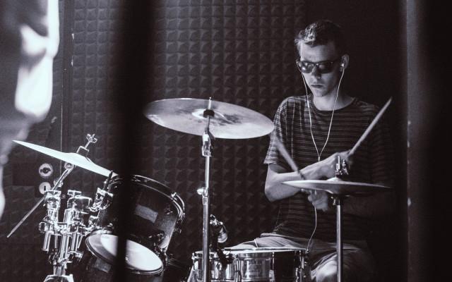 Individuální lekce na bicí s naším bubeníkem Kubou Ebenem!