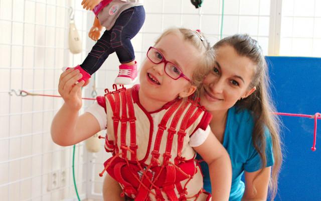 Pomozme malé Karolíně s dětskou mozkovou obrnou