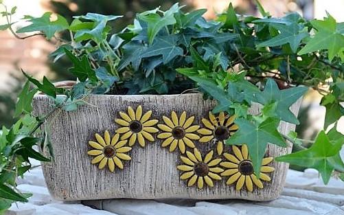 Krásný keramický truhlík na květiny z Chráněných dílen Charity Opava
