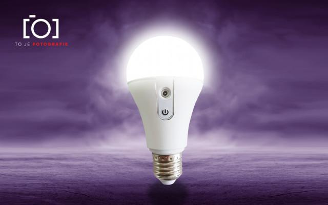 To je profesionální LED žárovka NYX včetně napájecí a programovací stanice