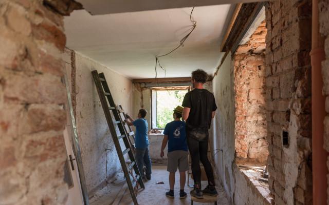 Nové dveře na táborové základně Strojatín