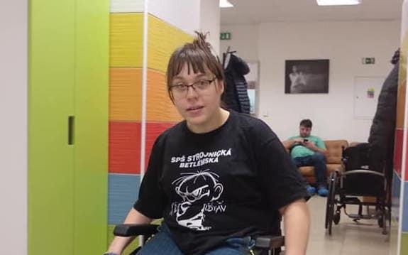 Přispějme Karolíně na elektrický vozík