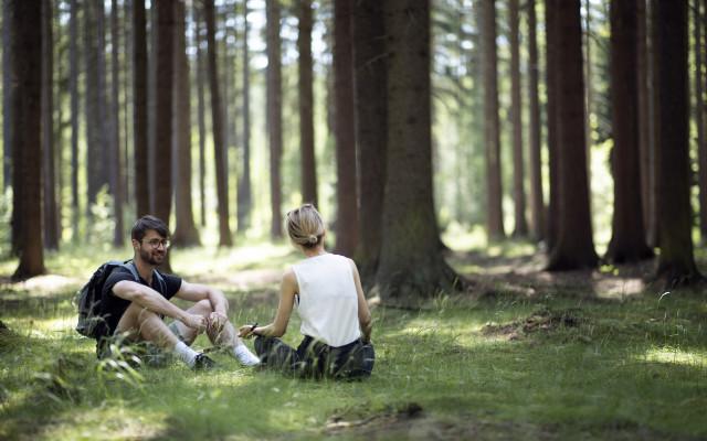 Dopřejte terapii mezi stromy i lidem, kteří si ji nemohou dovolit