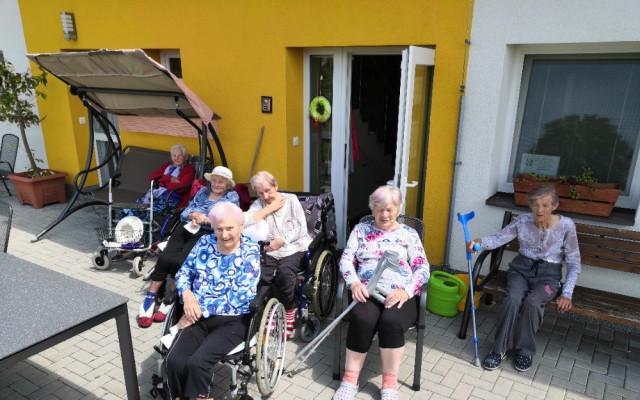 Pomozme postavit pergolu v domově pro seniory v Českém Meziříčí