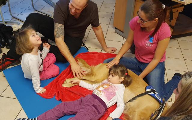 Asistenční pes pro dvojčátka Leu a Zoe, která trpí autismem