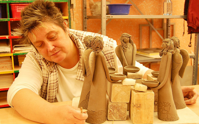 Krásný keramický anděl z Chráněných dílen Charity Opava