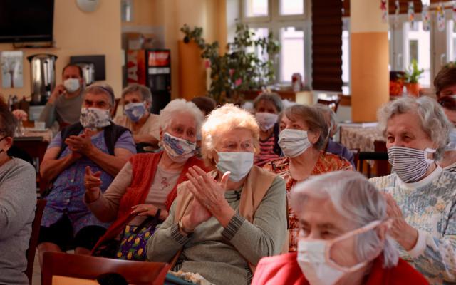 Divadlo do oken dělá radost pod okny domovů pro seniory