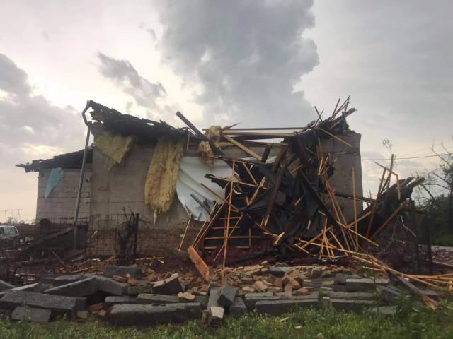 Pomoc kamarádovi, Pavlovi Blažejovi, kterému tornádo v Hruškách sebralo střechu