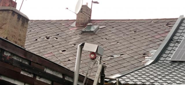 Pomoc pro sousedy, kteří mají zničenou střechu po silném krupobití