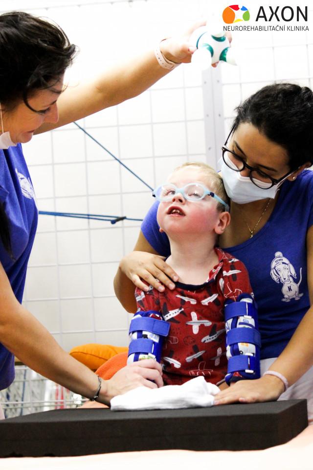 Ojedinělá nemoc komplikuje tříletému Tadeáškovi život, pomůžou mu neurorehabilitace