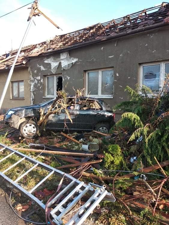 Pomoc Koutným, kterým tornádo zničilo dům