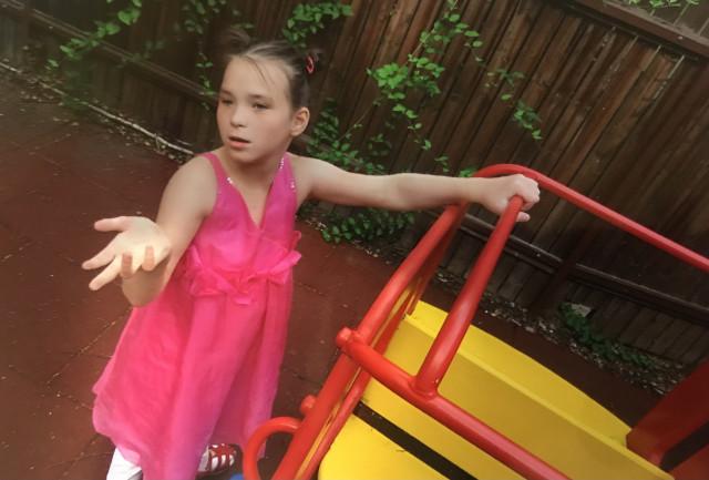 Přispěli jste Adriance na speciální ortézy, aby dokázala sama chodit