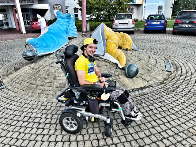 Víťa z vozíku na nohy