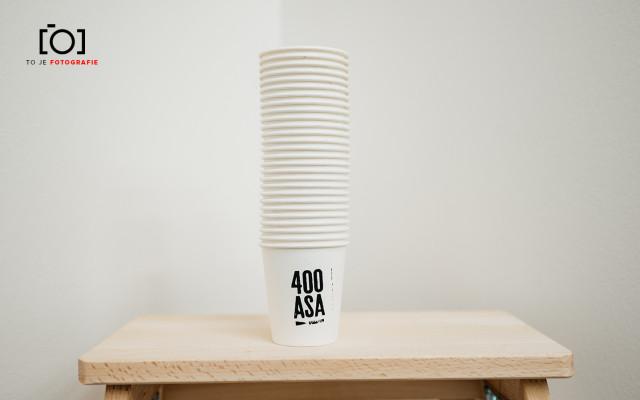 To je 400 ASA šálků kávy
