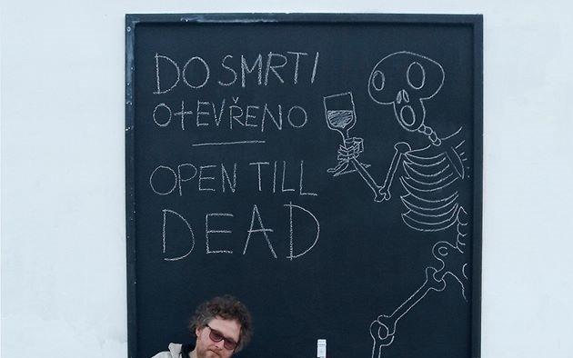 Víno Mečl a tištěná pohlednice Do smrti otevřeno od Ivana Mečla