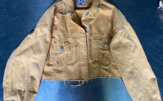 Žlutá džínová bunda věnovaná od Katky Říhové z Ranní show Evropy 2