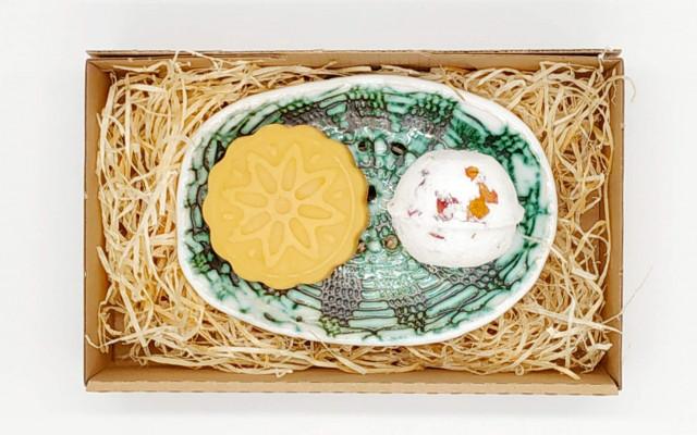 Mýdlo s vůní Citronové trávy + Šumivá koule do koupele Geranium s růží + ručně vyráběná keramická mýdlenka