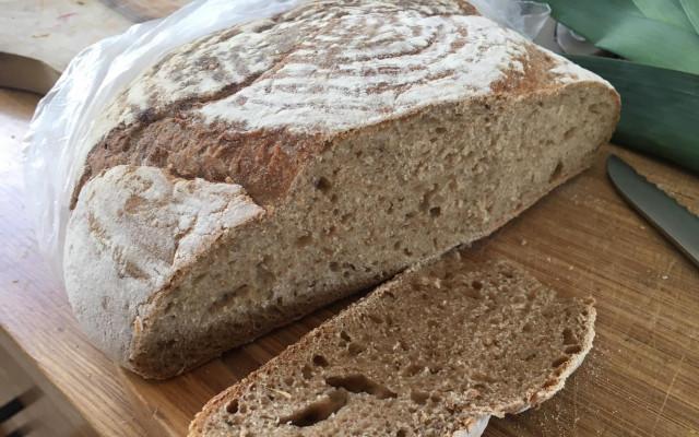 Domácí kváskový chléb pečený v peci v jurtě
