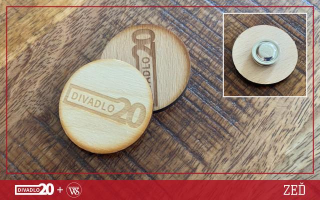Dřevená brož na magnet s logem D20 od Woodstyle