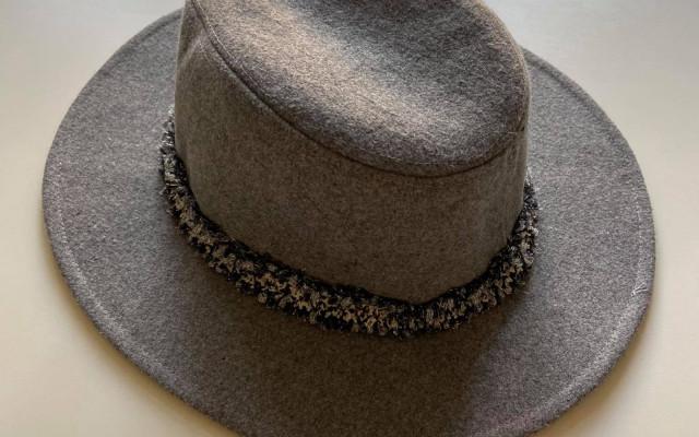 Tmavě šedý klobouk z vlny od bloggerky @Timetofit