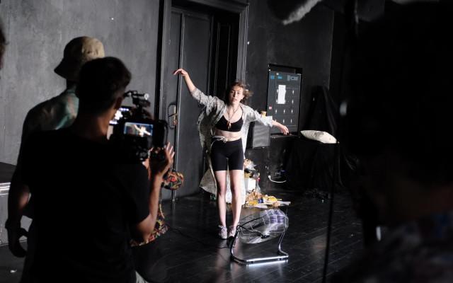 Účast na natáčení - B)